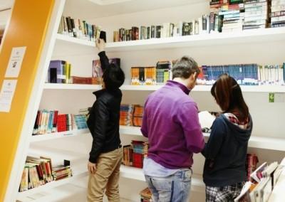 biblioteca-con-libri-di-lingua-inglese-a-malta